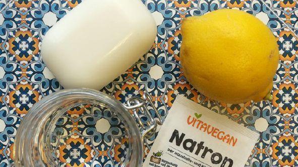 Natron, Kernseife und Zitrone zur Herstellung von Allzweckreiniger