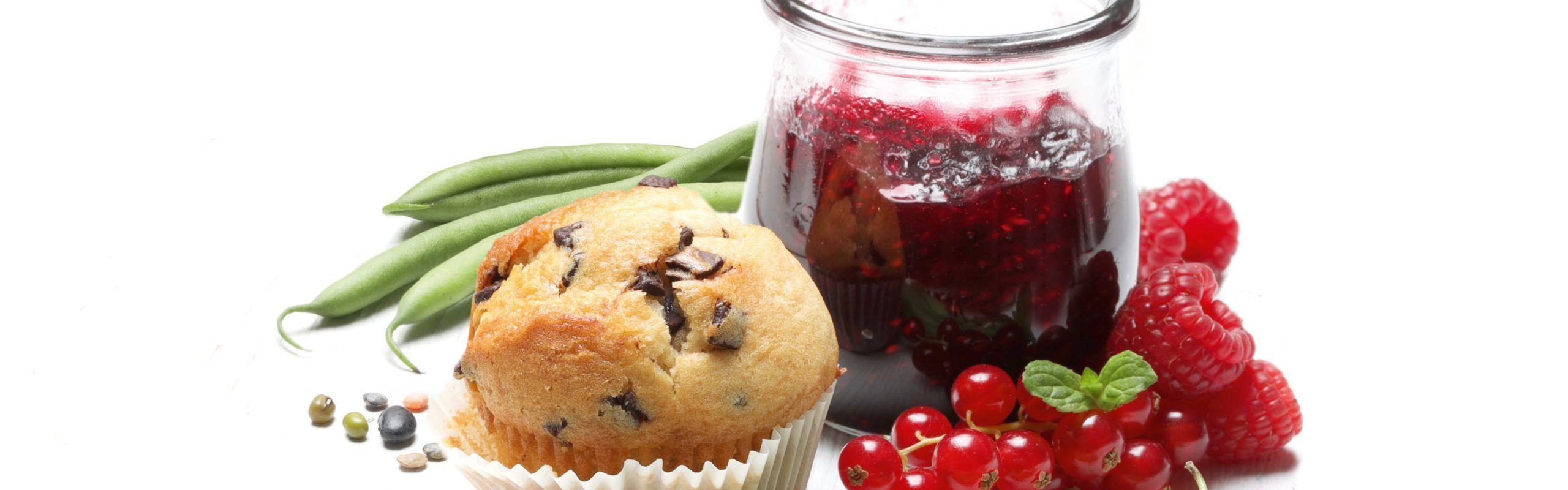 Anwendungsbeispiele von Natron: Muffin, Marmelade, daneben frisches Obst und Gemüse