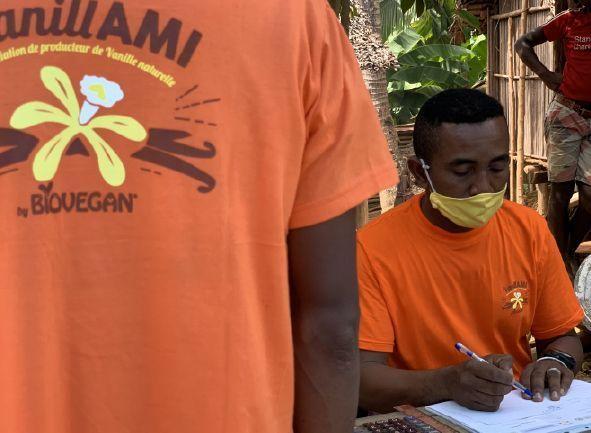 Mitarbeiter mit T-Shirts der Kooperative