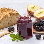 Glas Apfel-Brombeergelee mit Brot und Obst
