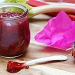Glas Glückskonfitüre mit Erdbeeren und Rhabarber