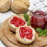 Traubengelee auf Brötchen mit Weintrauben dekoriert
